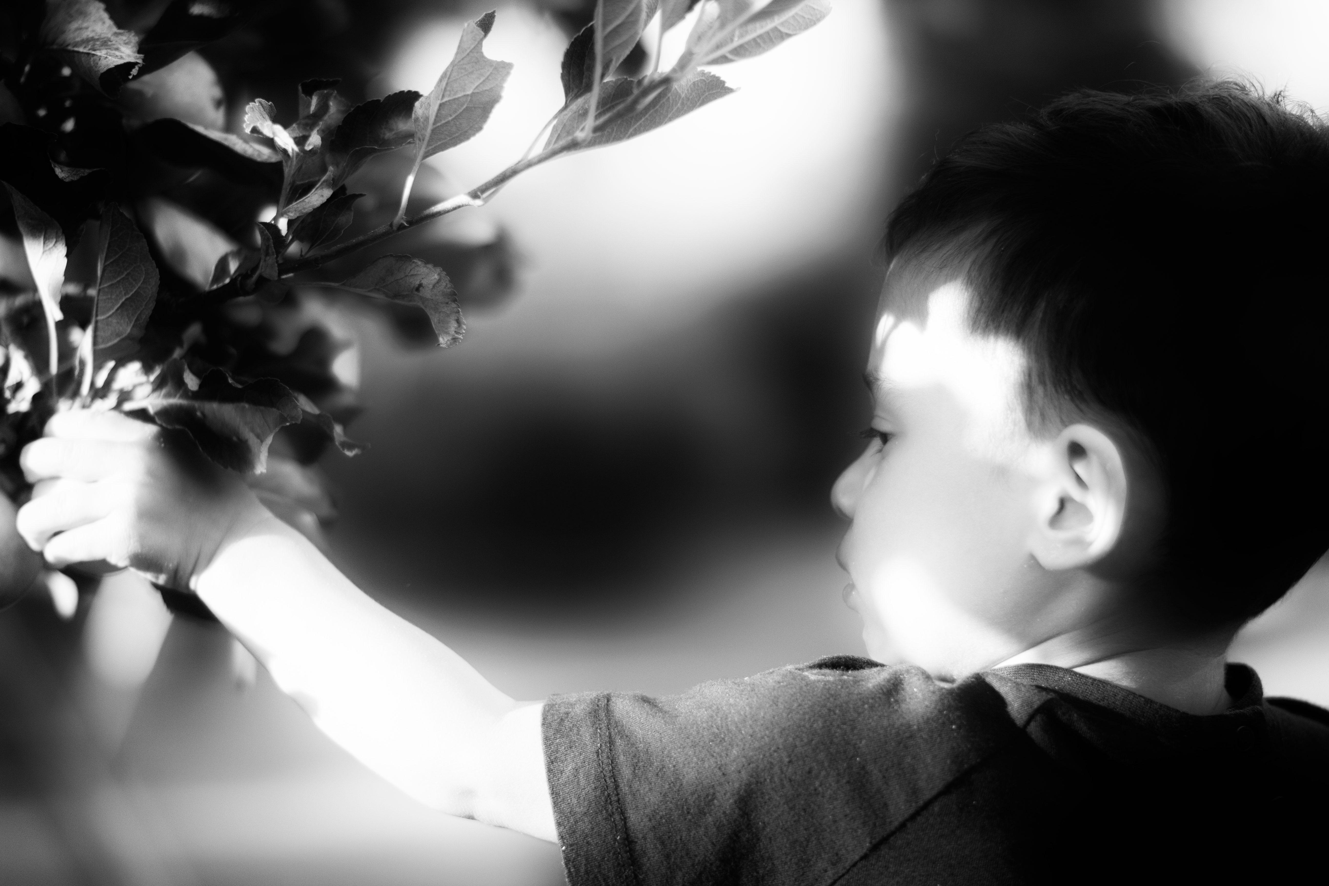 svart vita porträtt bilder på barn